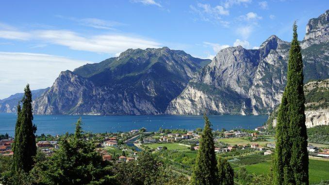 Der Gardasee See mit Bergen und Landschaft